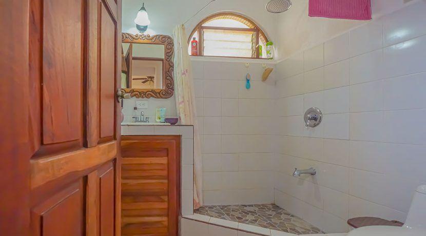 hotelfloresbackroombathroom