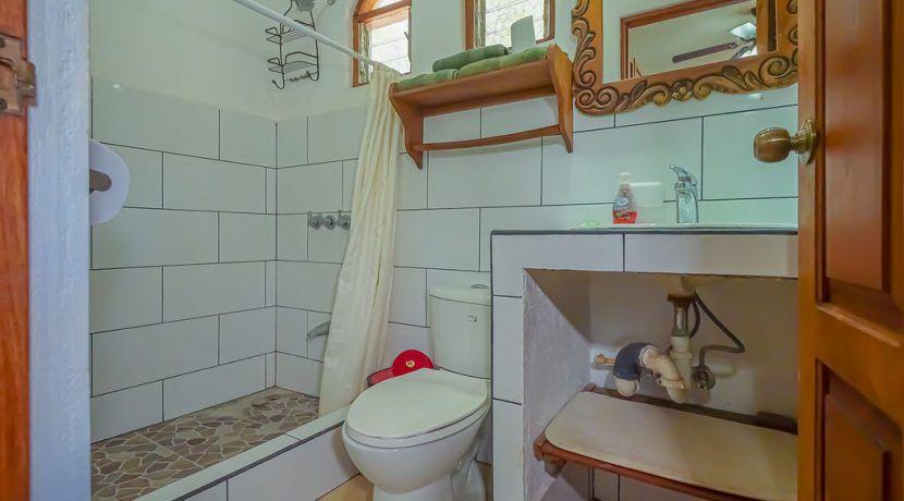 hotelfloresupstairsroom2toilet